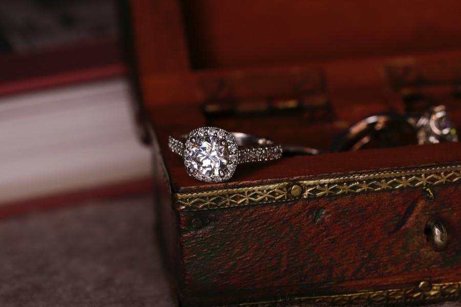 ce inseamna cand visezi bijuterii cu diamante
